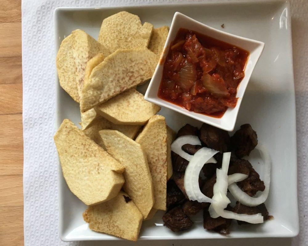 Macht satt und wärmt: Yamswurzel, würziges Rind und Zwiebelsauce. Foto: Lunchgate/Simone