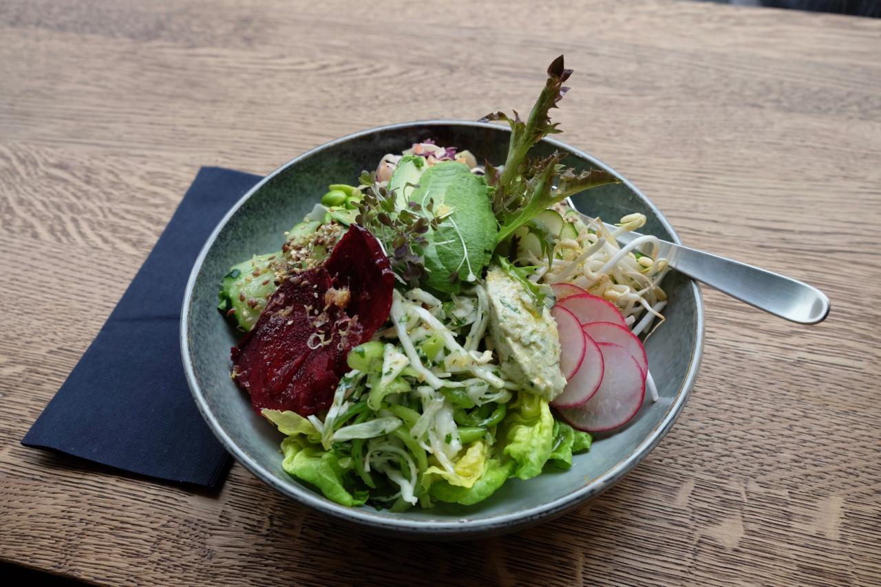 Die Salat-Bowl, die keinen Wunsch offen lässt. Du bekommst sie für 16 Franken in der Sasu Juice Bar. Foto: Lunchgate/Anna