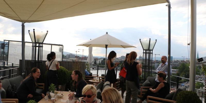 """Die Dachterrasse mit dem treffenden Namen """"The View"""" bietet einen schönen Blick auf den See. Foto_ Lunchgate/ Simone"""