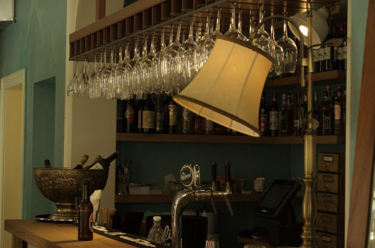 Die Bar ist das Herzstück der Brasserie
