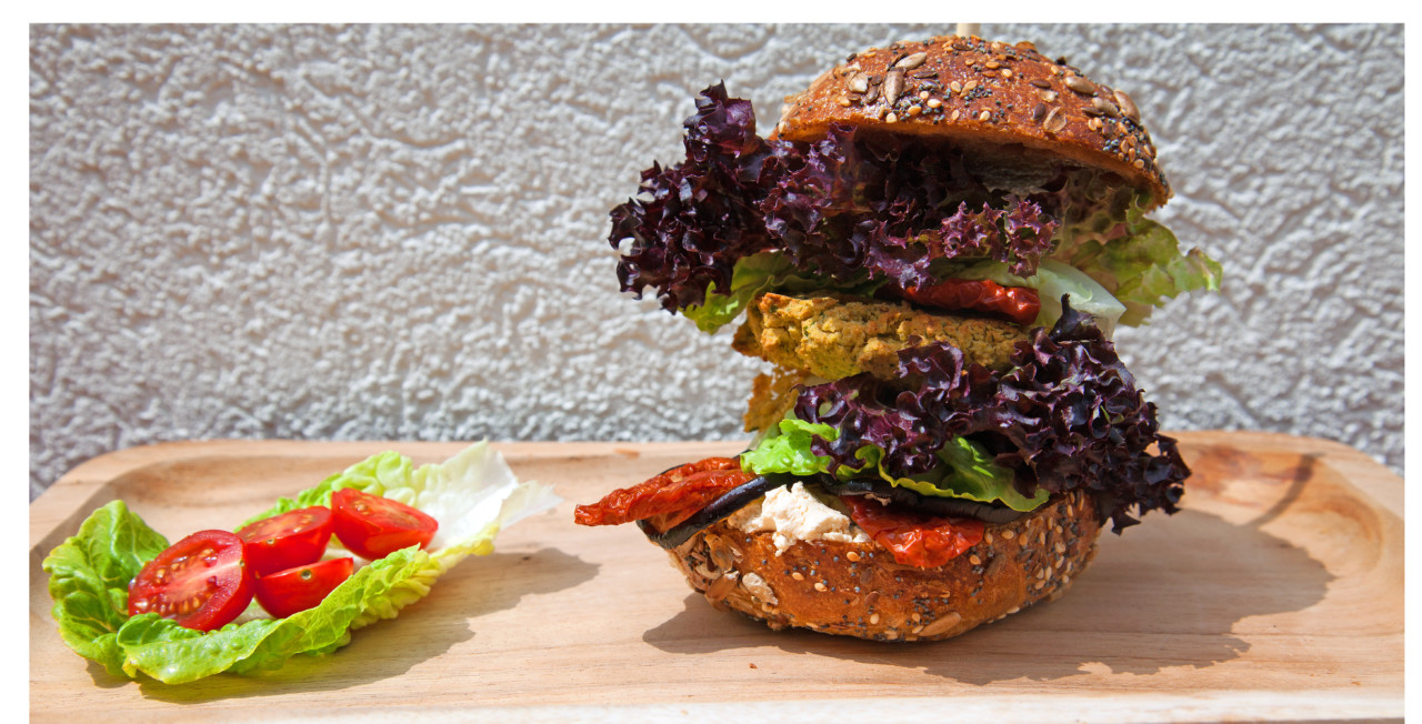 Mediterraner Veggie Burger mit Falafel