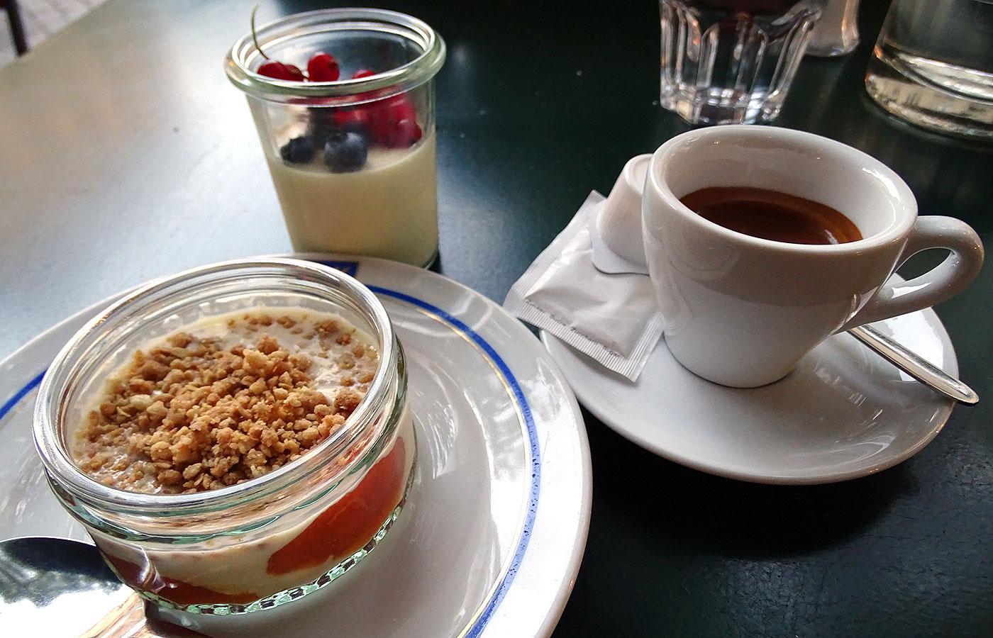 Restaurant Lotti: Aprikosenkompott mit Vanillesauce und Crumble und Panna Cotta mit frischen Beeren
