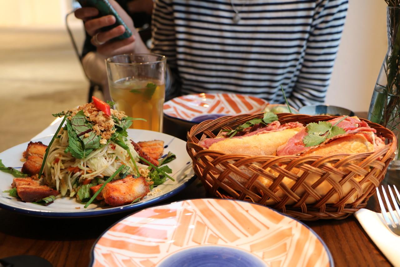 Papayasalat und Banh Mi - ein bunter Lunch. Foto: Lunchgate/Simone