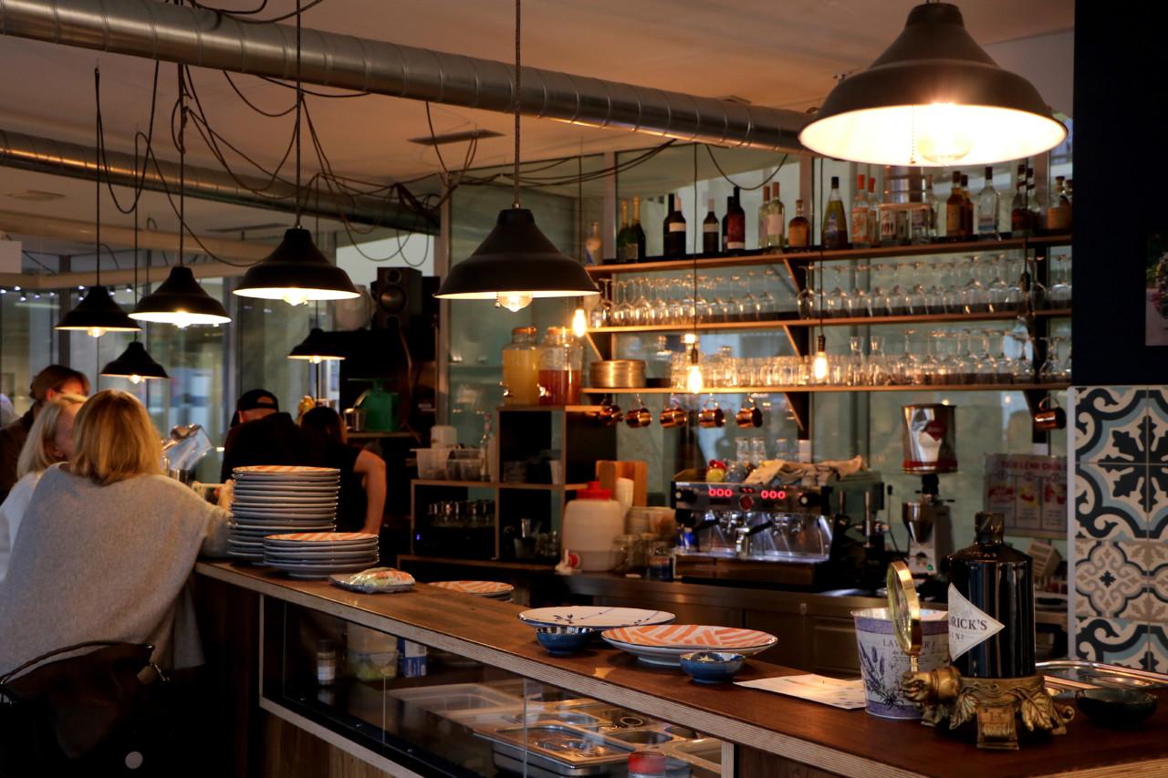 An der Bar kann man den Angestellten beim Rollen der Rainbowrolls zuschauen. Foto: Lunchgate/Simone