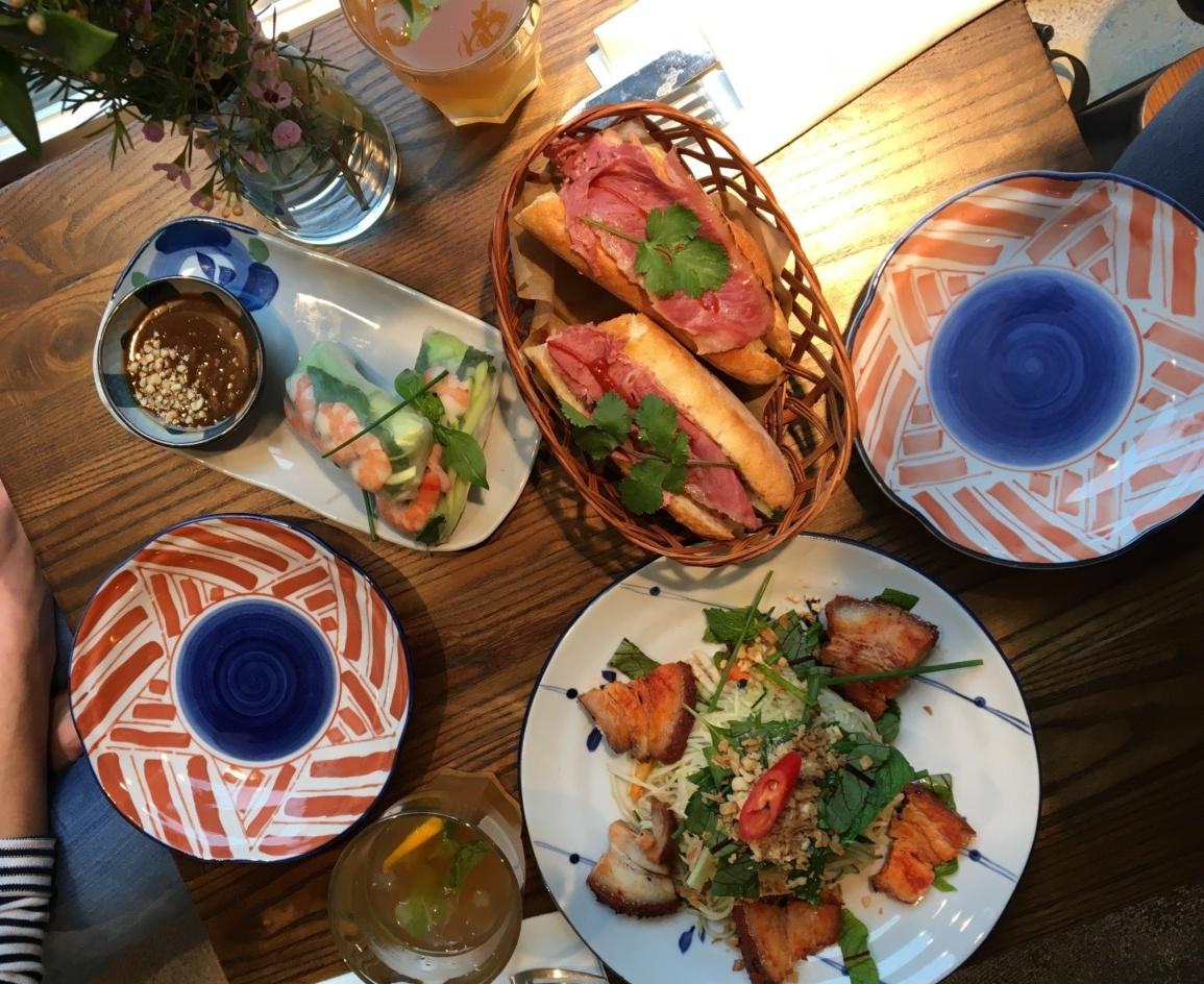 Rainbowrolls, Papayasalat und Banh Mi - ein bunter und vielfältiger Lunch. Foto: Lunchgate/Simone