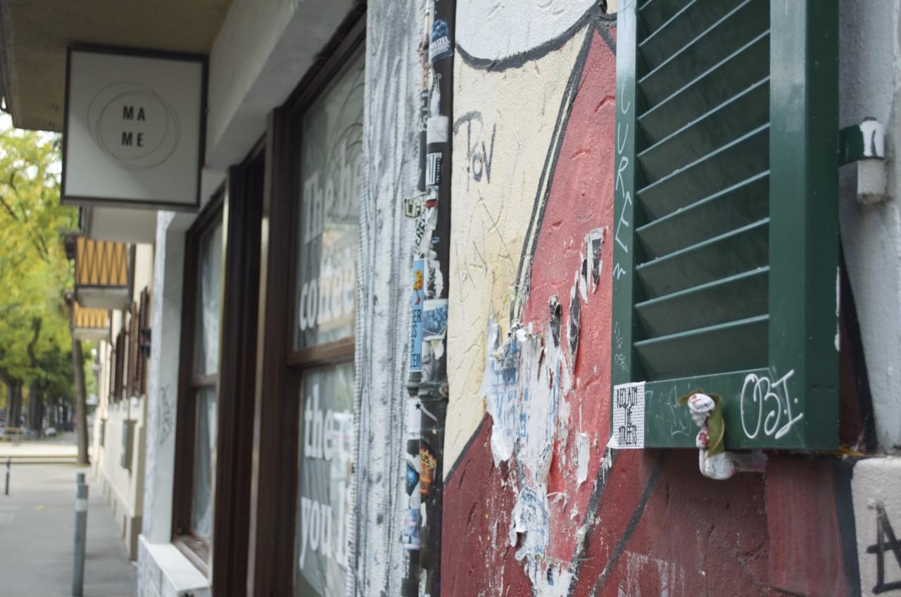 Lesestoff draussen und drinnen: im Mame Coffeeshop gibt es Barista-Kunst noch gratis dazu