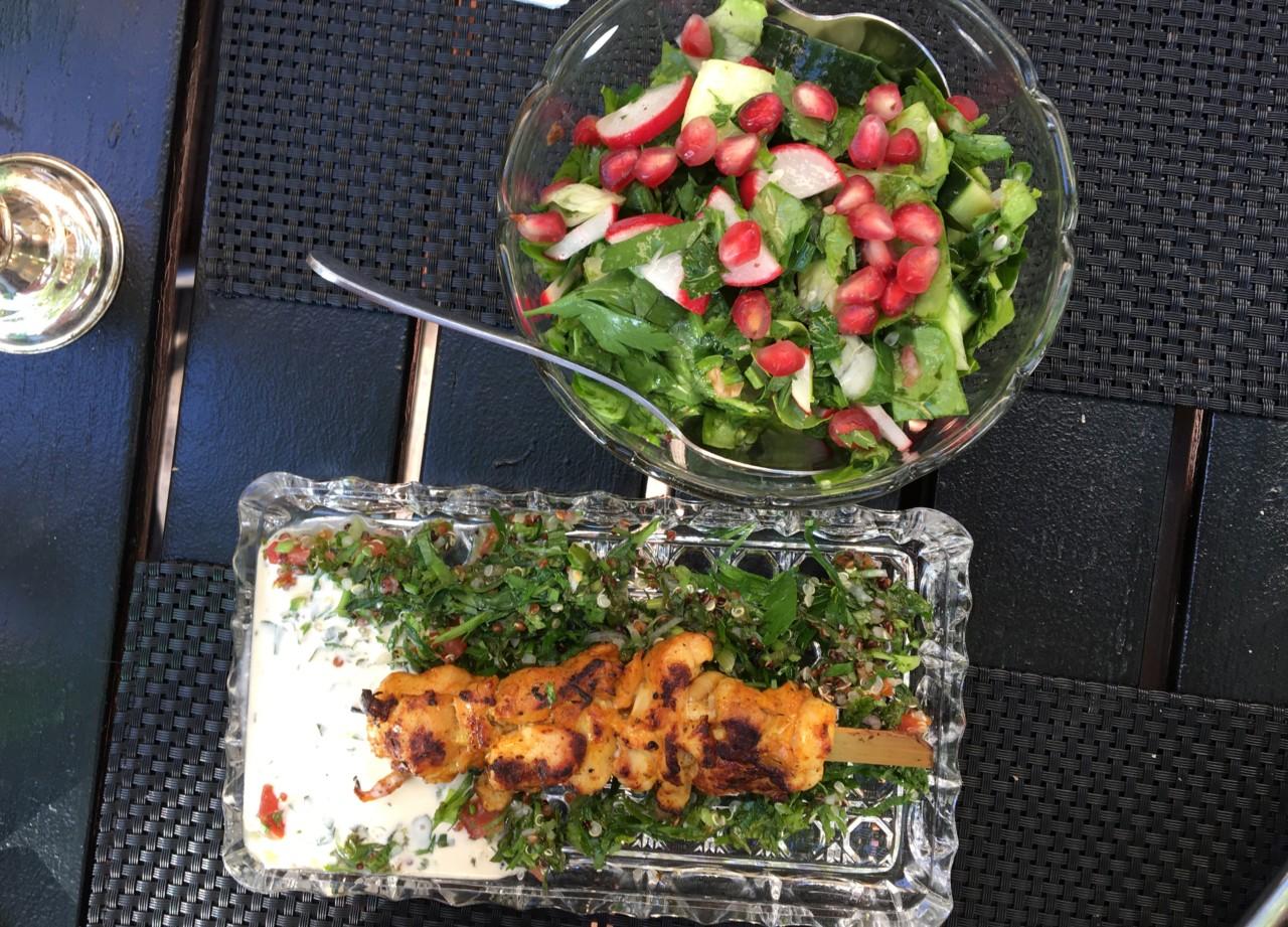 Pouletspiess und Granatapfelsalat