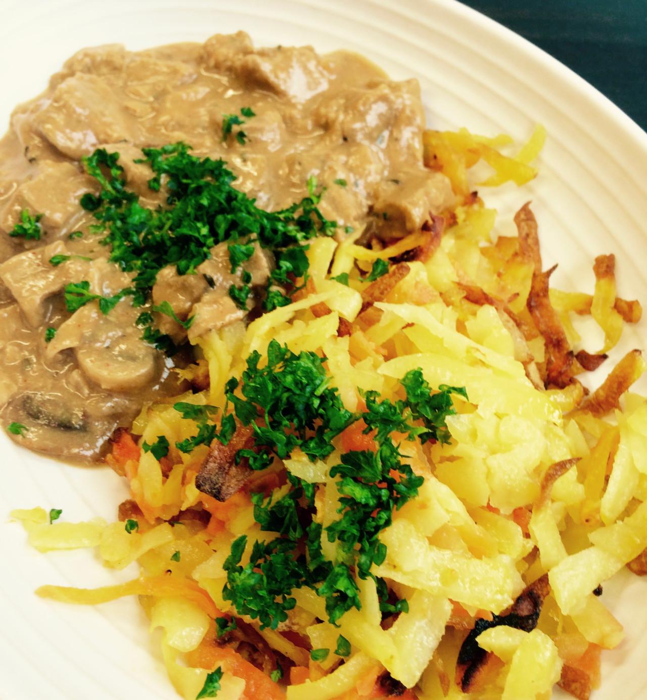 """Züri """"Gschnätzlets"""" mit Härdöpfel-Rüebli-Rösti. Vegan und einfach lecker!"""