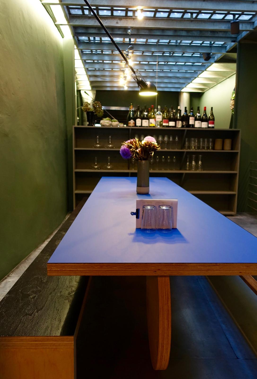 Die lange blaue Tafel im hinteren Teil des Wein-Punkts.