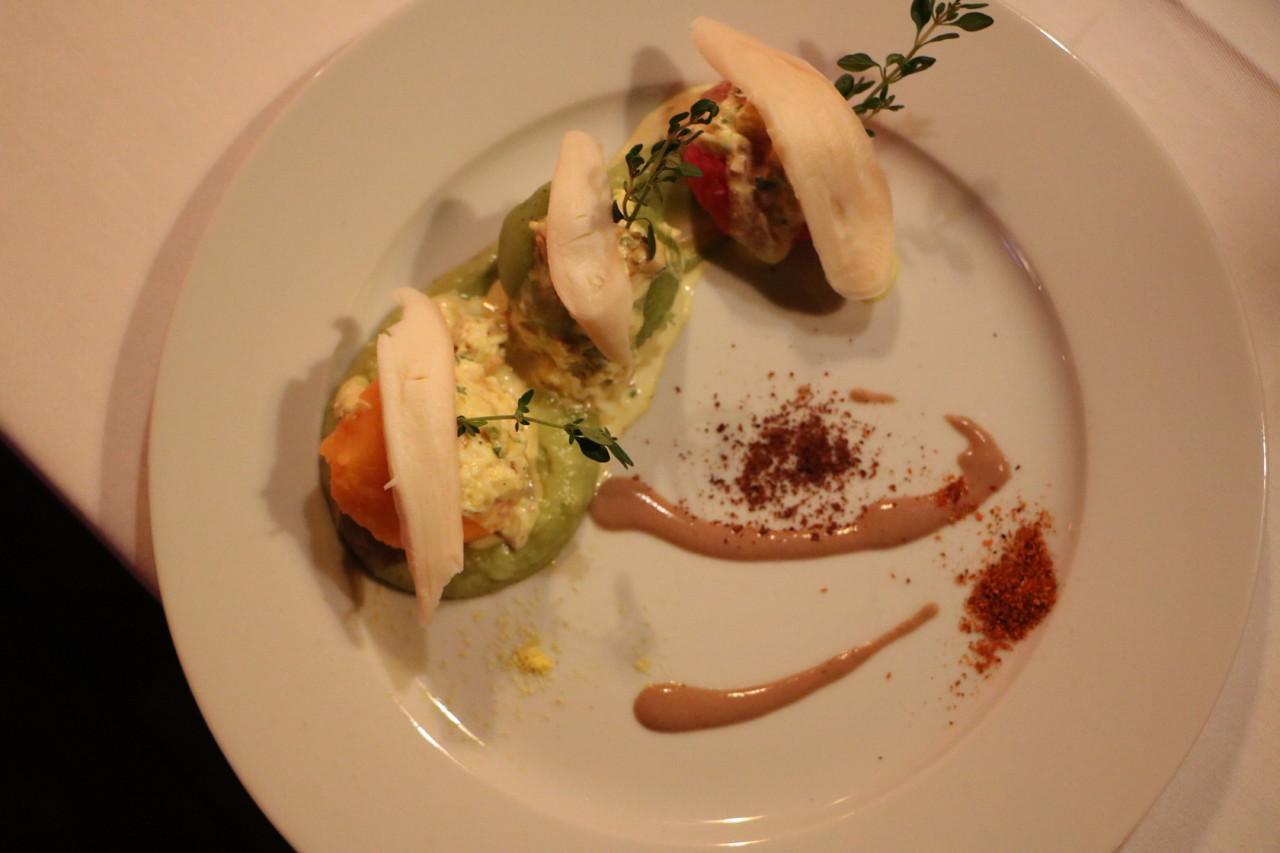 Unter dem Oktopus verbirgt sich der wahre Star des Abends - luftig und frisch abgeschmeckter Kartoffelstampf. Foto: Lunchgate/Simone