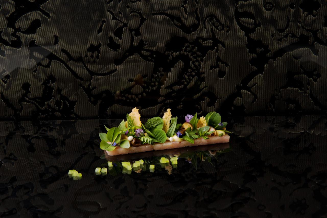 So sieht ein guter Gang aus: Kaninchen mit Miso, grüner Tomaten und Gartenkräuter. Foto: Fabian Häfeli