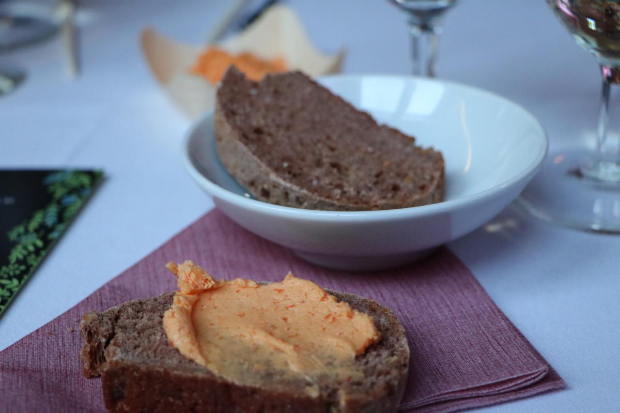 Lucuma Brot mit Aji Amarillo Butter, eine eigene  Version des klassischen Brotkorbes. Foto: Lunchgate/Anna