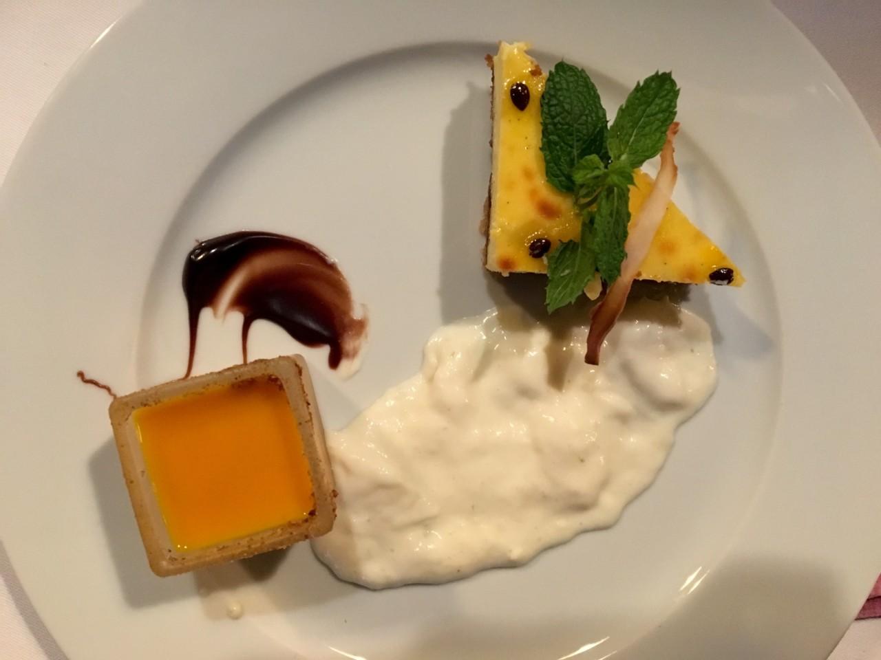 Cheesecake, Sauce und Mousse mit exotischen Früchten. Foto: Lunchgate/Simone