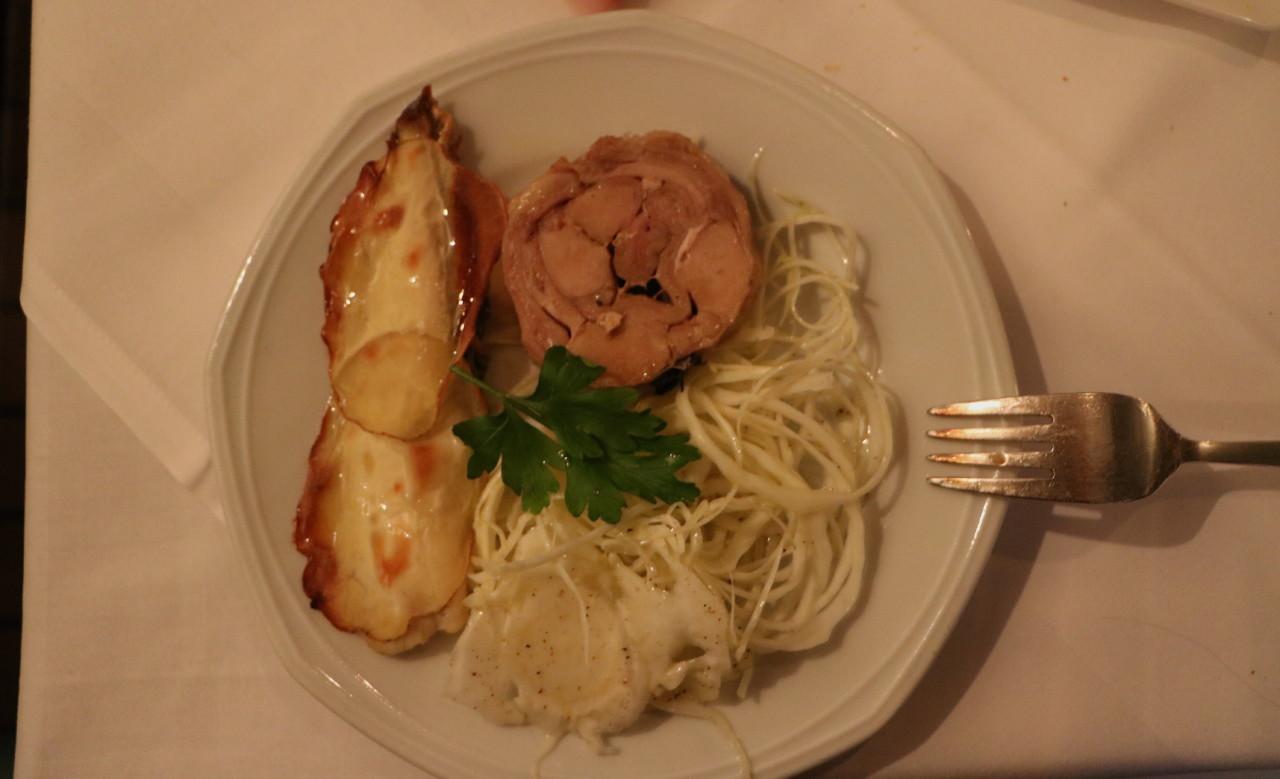 Der Fisch- und Fleischgang mit Coniglio und Fischfilet.