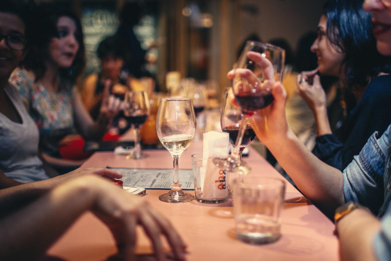 Zum schönen Abend im schicken Restaurant gehört der richtige Service dazu. Foto: Pexels