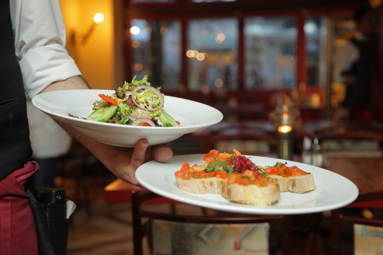 Serviceangestellte absolvieren nicht umsonst eine Lehre - es gibt viel zu beachten in der Gastronomie. Foto: Pexels