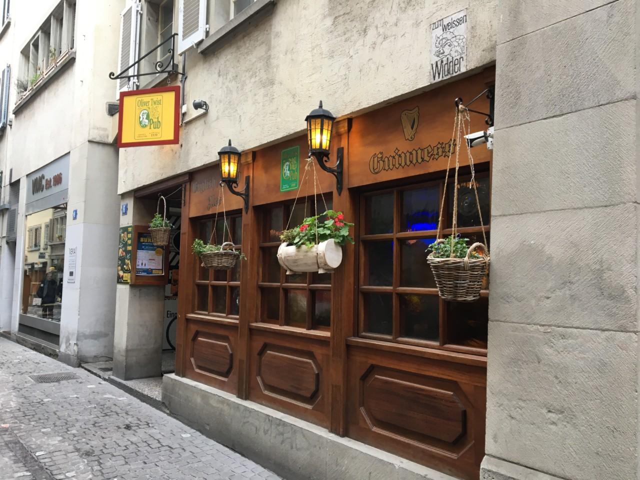 Typisch Pub: Die Laternen beim Eingang. Foto: Simone/Lunchgate