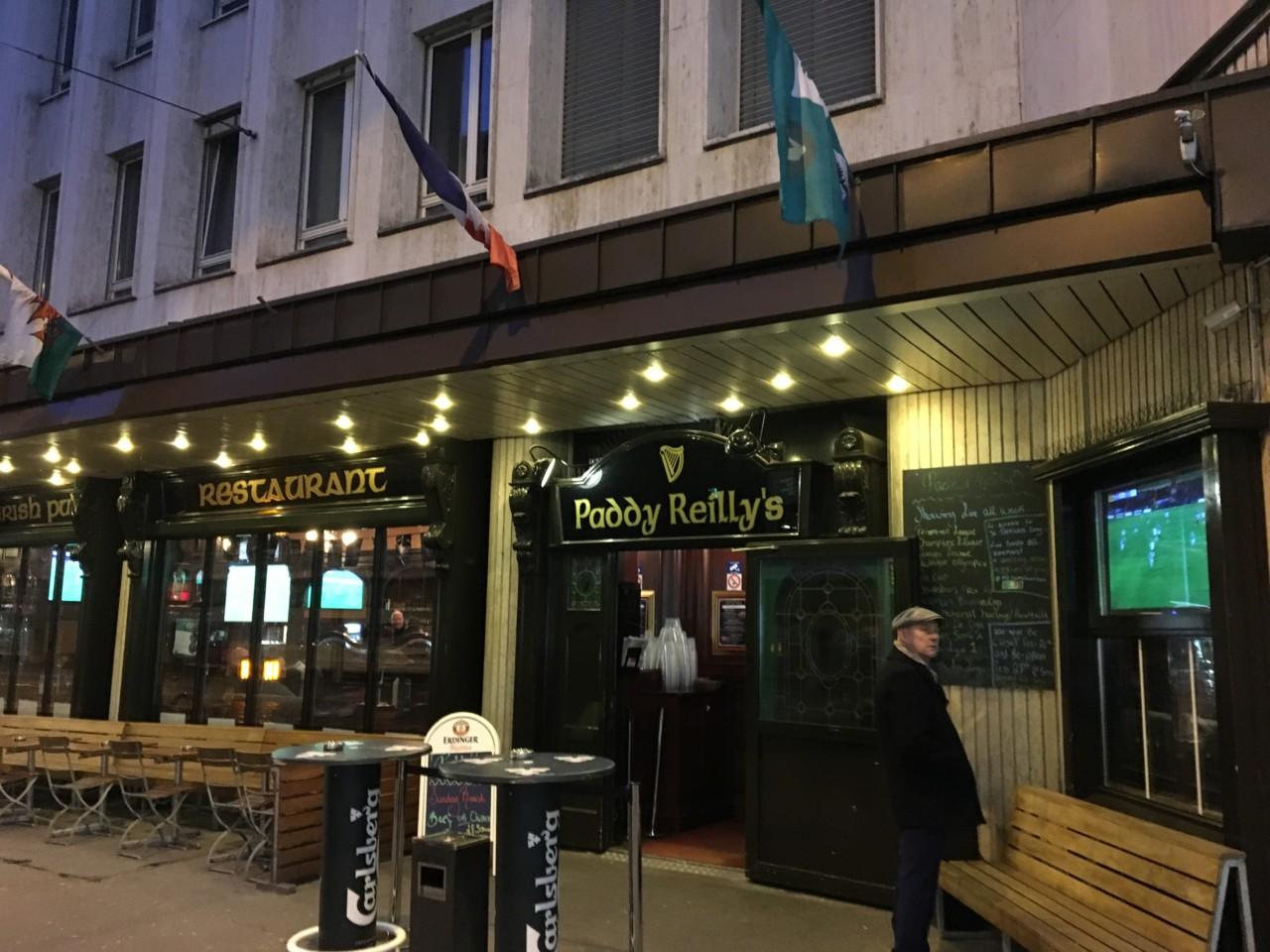 Public Viewing gehört dazu: Das Paddy Reilly's hat einen Screen für Passanten.