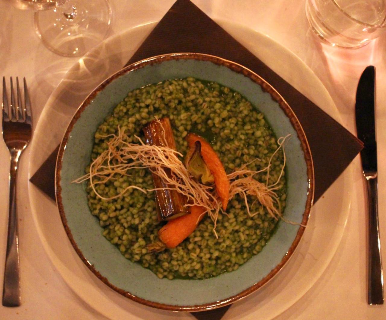 Die Leaf to Root Hauptspeise: Rollgerstenrisotto mit Rüeblikraut, Lauch und dessen Wurzeln.