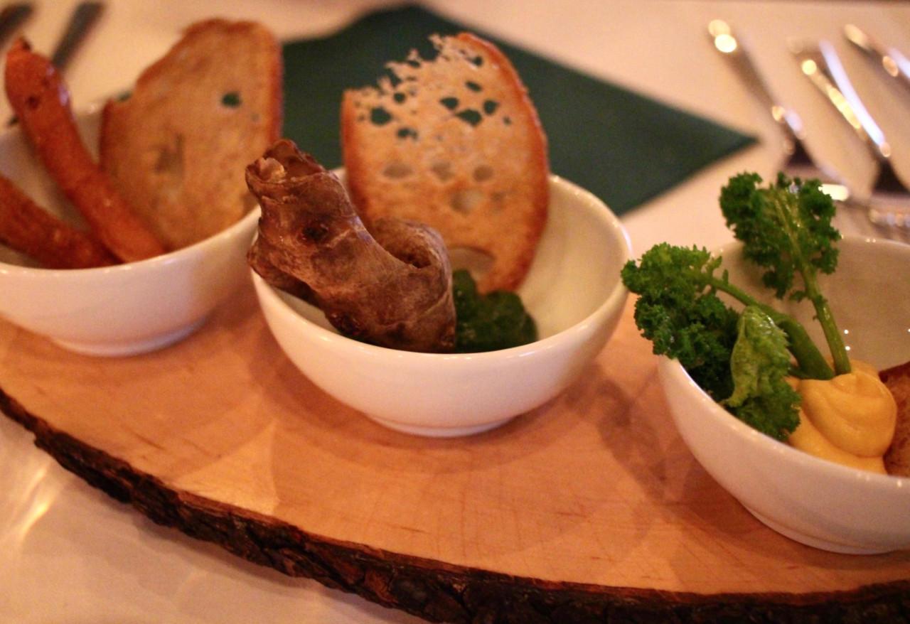 Die Tapas zur Vorspeise, aus Schale, Stiel und altem Brot.