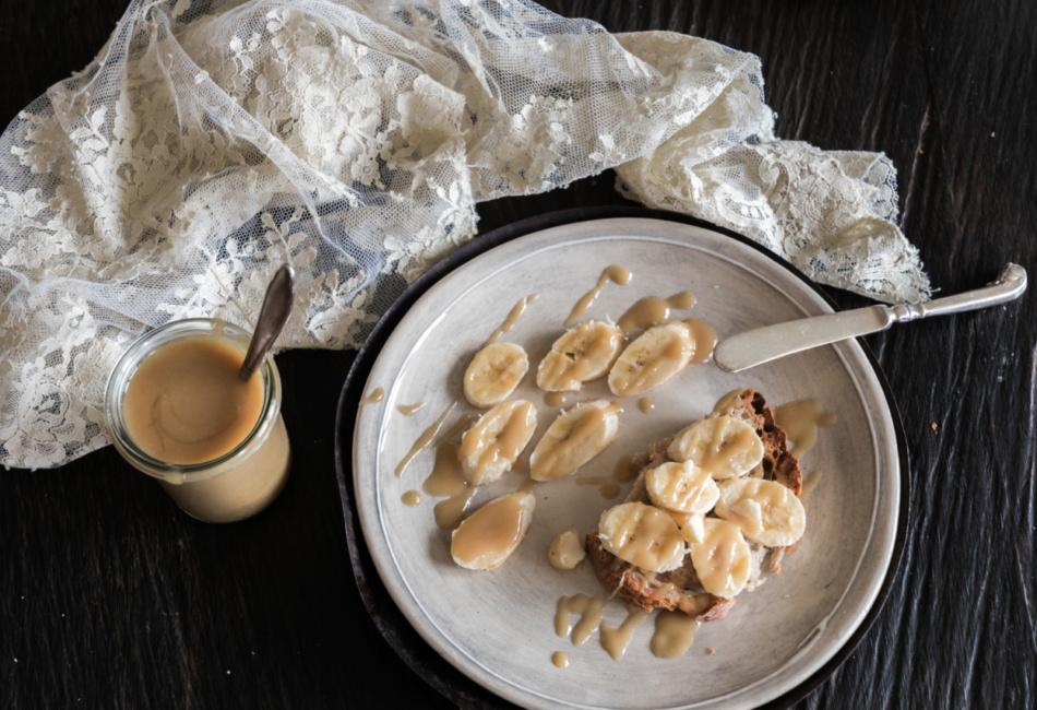Das Tahini Caramel ist auch in Kombination mit Bananen eine Wucht. Foto: LimonRimon