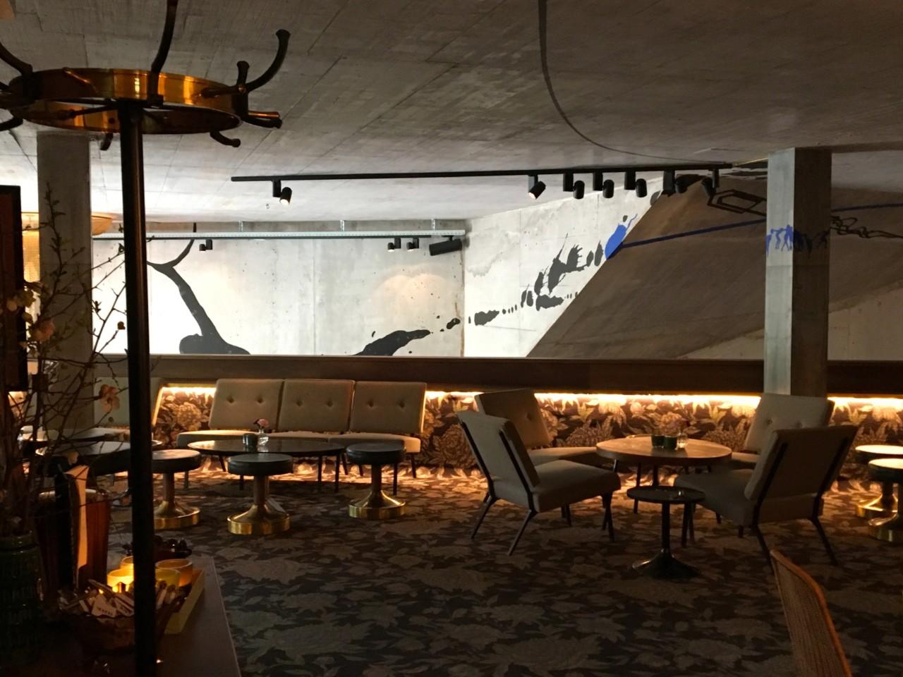 Im grossen Raum wird mit verschiedenen Ebenen Behaglichkeit geschaffen. Foto: Lunchgate/Simone