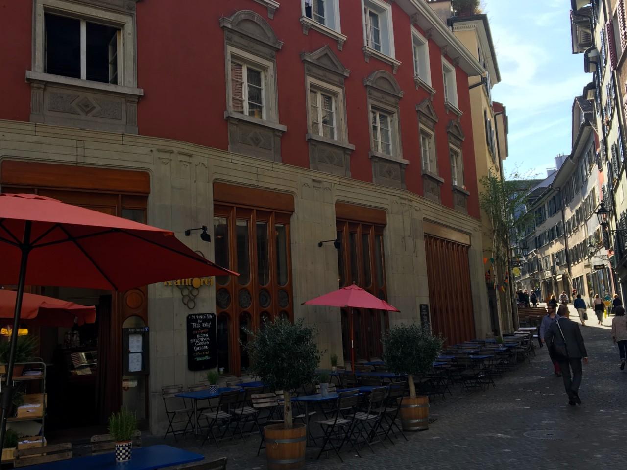 Die Kantorei mit ihrer geschwungenen Fassade und den Fenstern irgendwo zwischen Gotik und Jugendstil fällt auf. Foto: Lunchgate/Simone