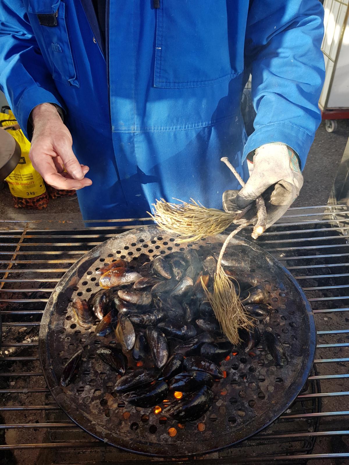 Die Muscheln können für einmal direkt vom Grill – wie heisse Marroni –gekostet werden. Foto: LesHalles