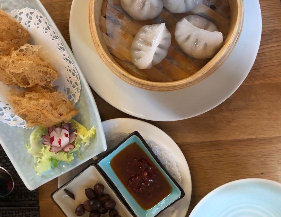 Mit verschiedenen Dumplings, scharfer Sauce und eingelegten Erdnüsschen starten man gut in den Abend. Foto: Lunchgate/Simone
