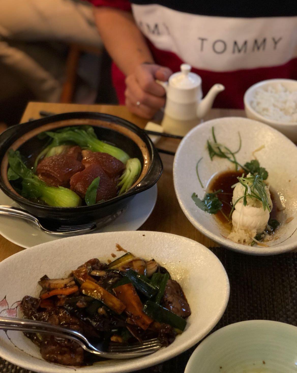 Paradiesische Zustände: Rinds-Siedfleisch Eintopf, Seezungenfilet und Schweinebauch mit Pak Choi. Foto: Lunchgate/Manu
