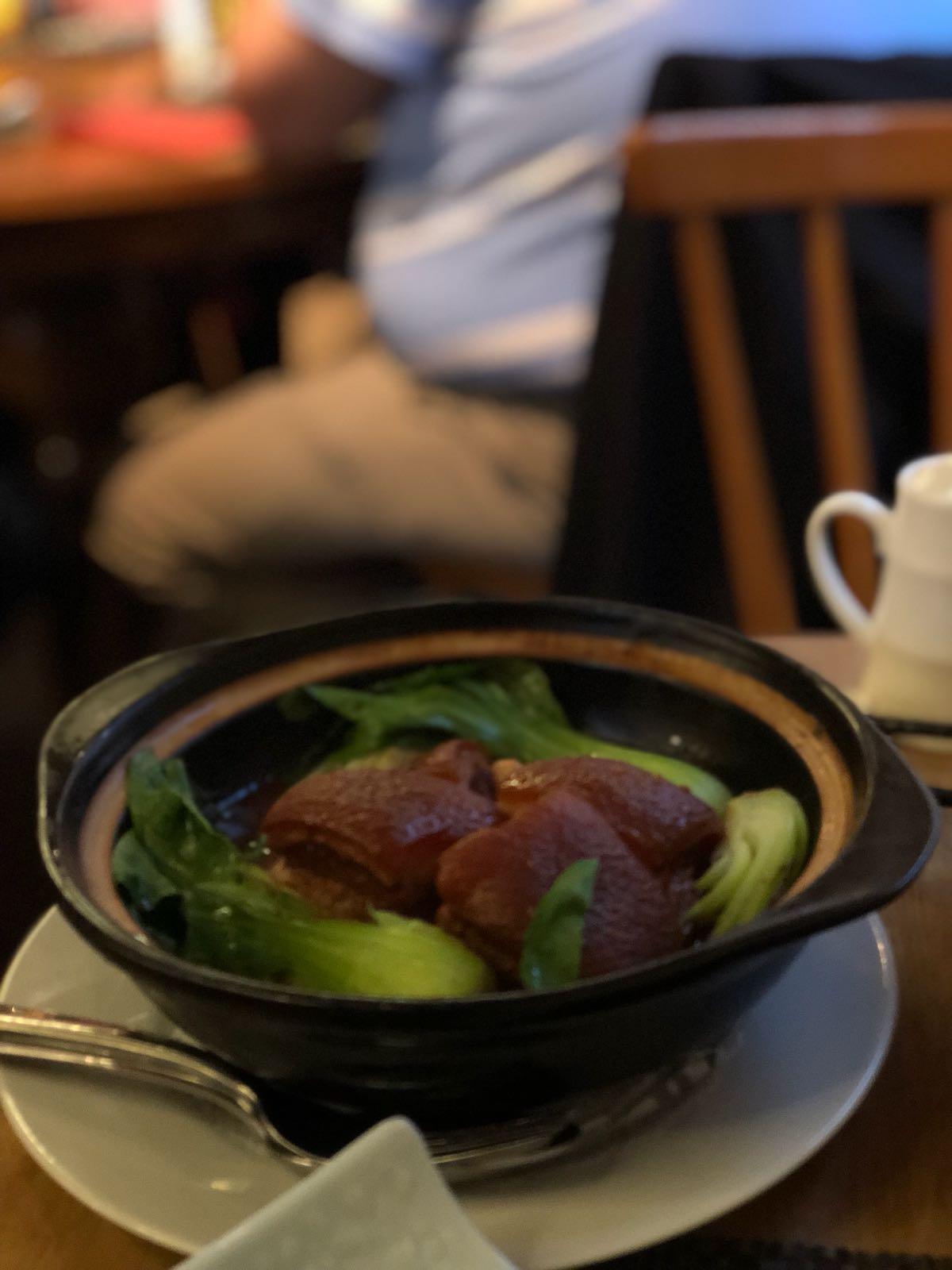 Mit ordentlich Schwarte: Wenn schon hier essen, dann bitte mit dem Schweinebauch. Foto: Lunchgate/Simone