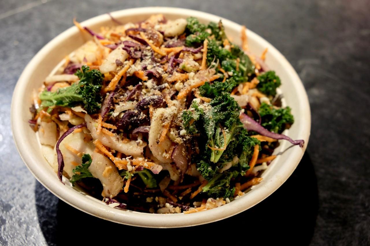 Die frisch zubereitete Salat-Bowl von Bad Hunter mit Federkohl und Fenchel. Foto: Lunchgate/Anna