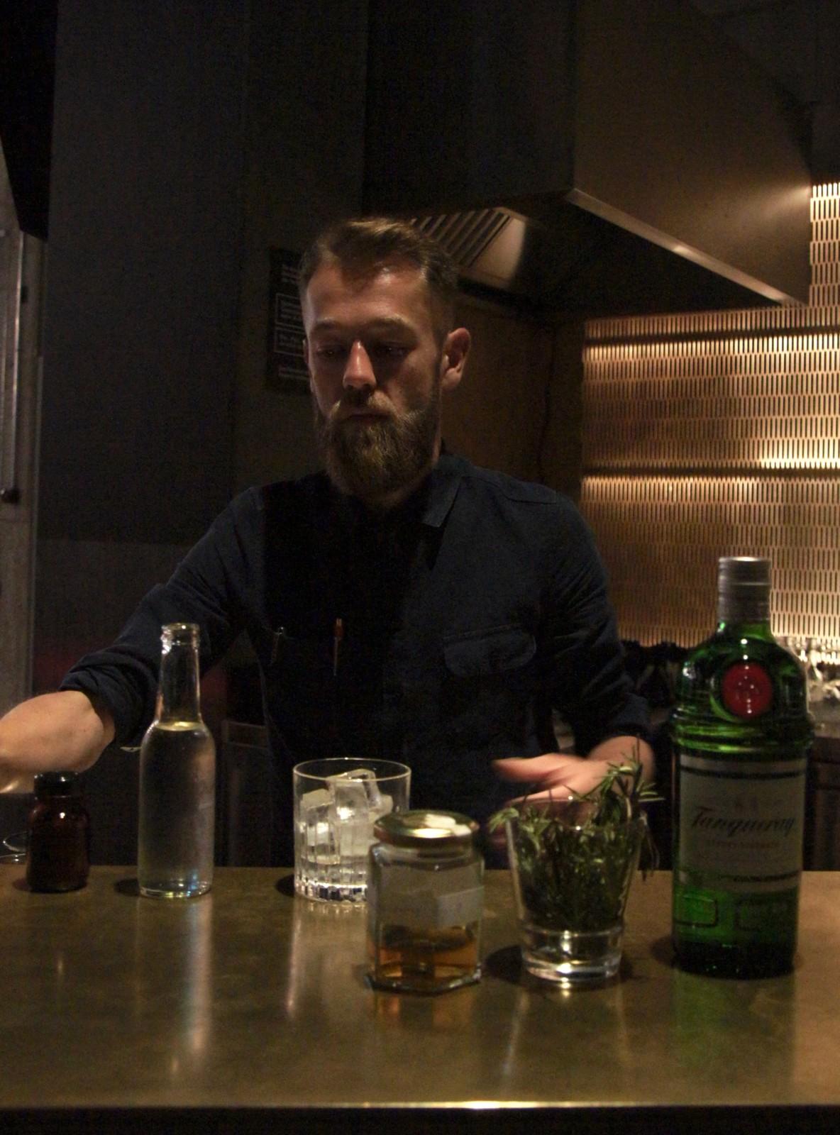 Der Barkeeper der Kosmos Foyer Bar bei der Kreation einer seiner nachhaltigen Cocktails. Foto: Lunchgate/Max