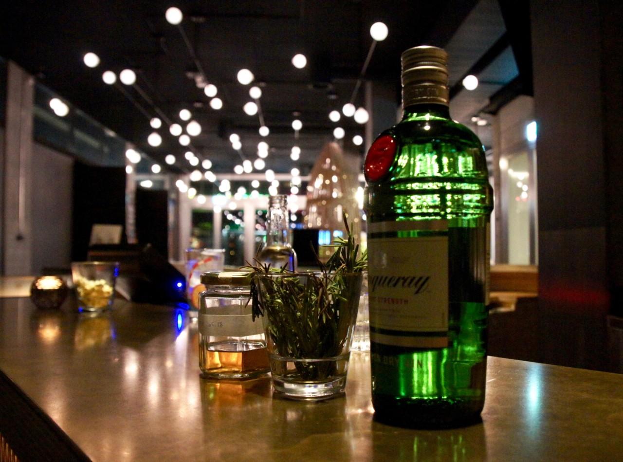 Die Kosmos Foyer Bar mixt mit eigenen Kräutern und hausgemachten Essenzen. Foto: Lunchgate/Anna