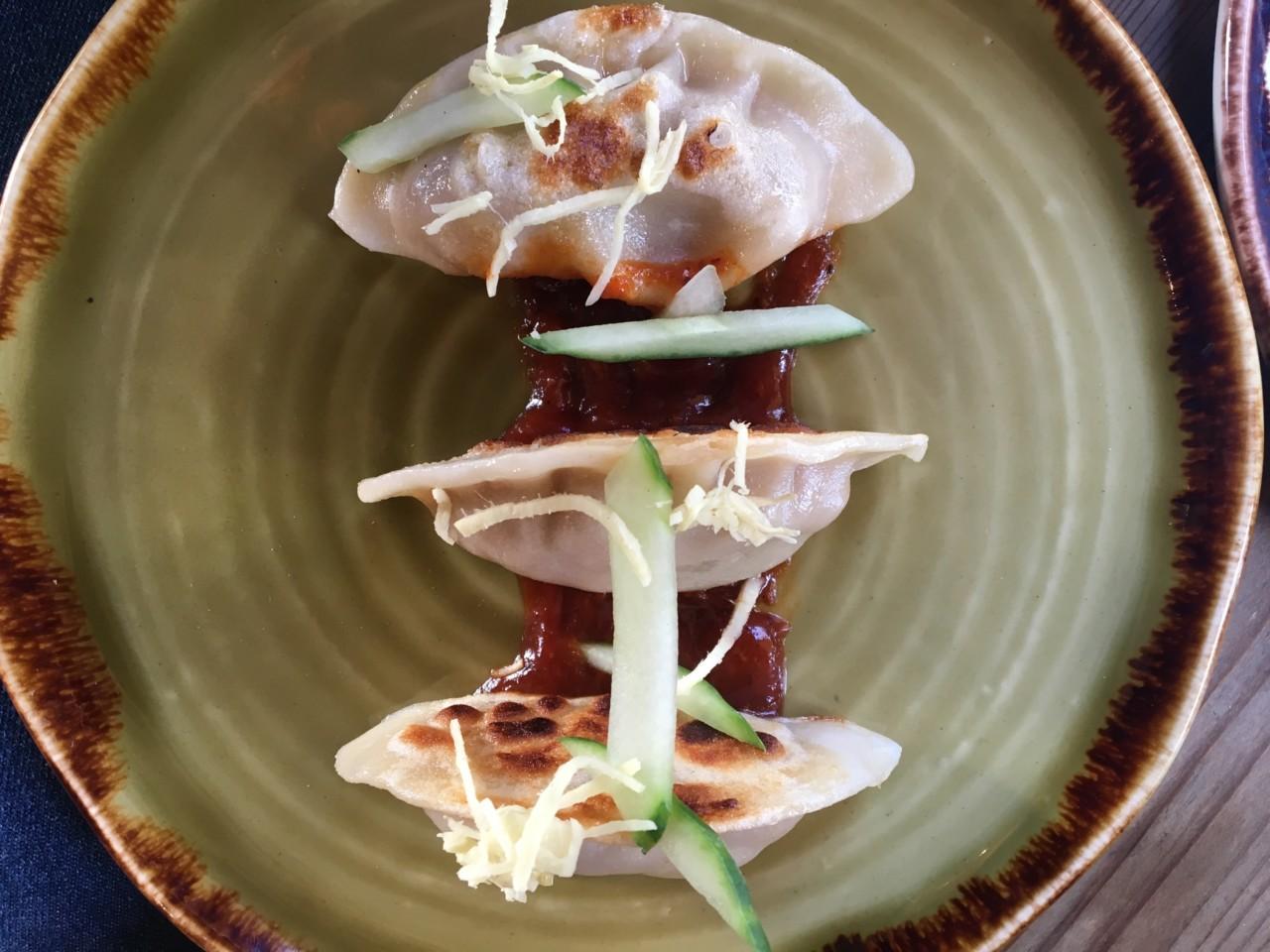 Gyoza, die japanischen Teigtaschen, mit BBQ Sauce. Foto: Lunchgate/Simone