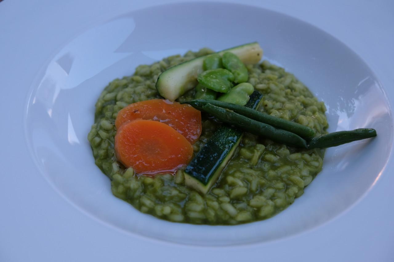 Kiko Zeballos kann auch vegetarisch und allergen-frei: Ein vegetarischer Kräuter-Risotto mit Favebohnen. Foto: Lunchgate/Anna