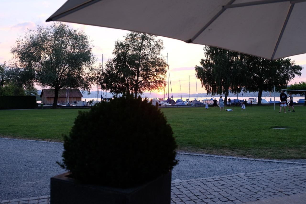 Beim Dinner im Gasthaus zum Rathaus gibt es den Sonnenuntergang inklusive. Foto: Lunchgate/Anna