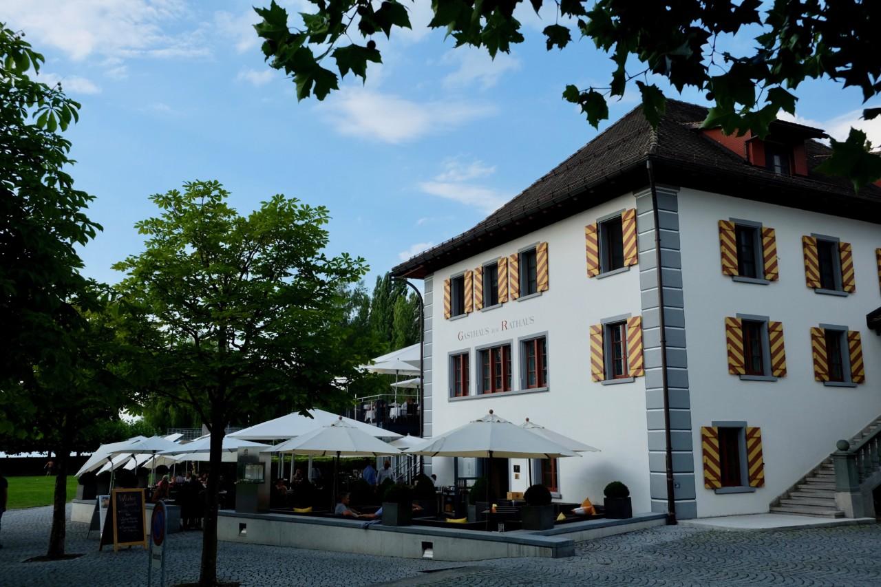 Das Gasthaus zum Rathaus ist auch von aussen eine Pracht. Gleich daneben glitzert der Zürichsee. Foto: Lunchgate/Anna