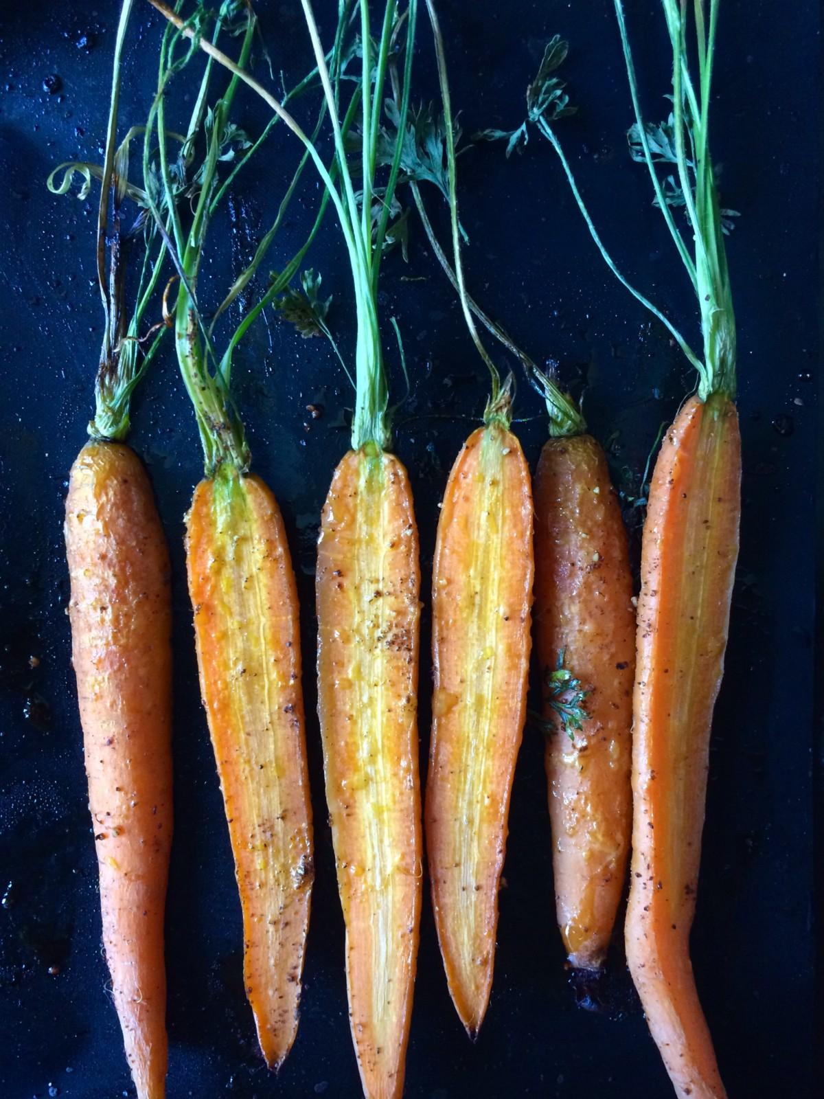 Rüebli mit Kraut aus dem Ofen: Viele Leaf to Root-Rezepte machen Sinn und sind äusserst geschmackvoll.