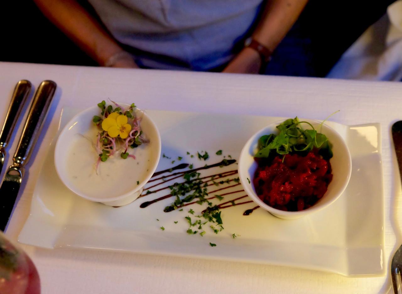 Harmonieren super: Ziegenfrischkäse Panna Cotta und Randen-Quitten Salat. Foto: Lunchgate/Anna