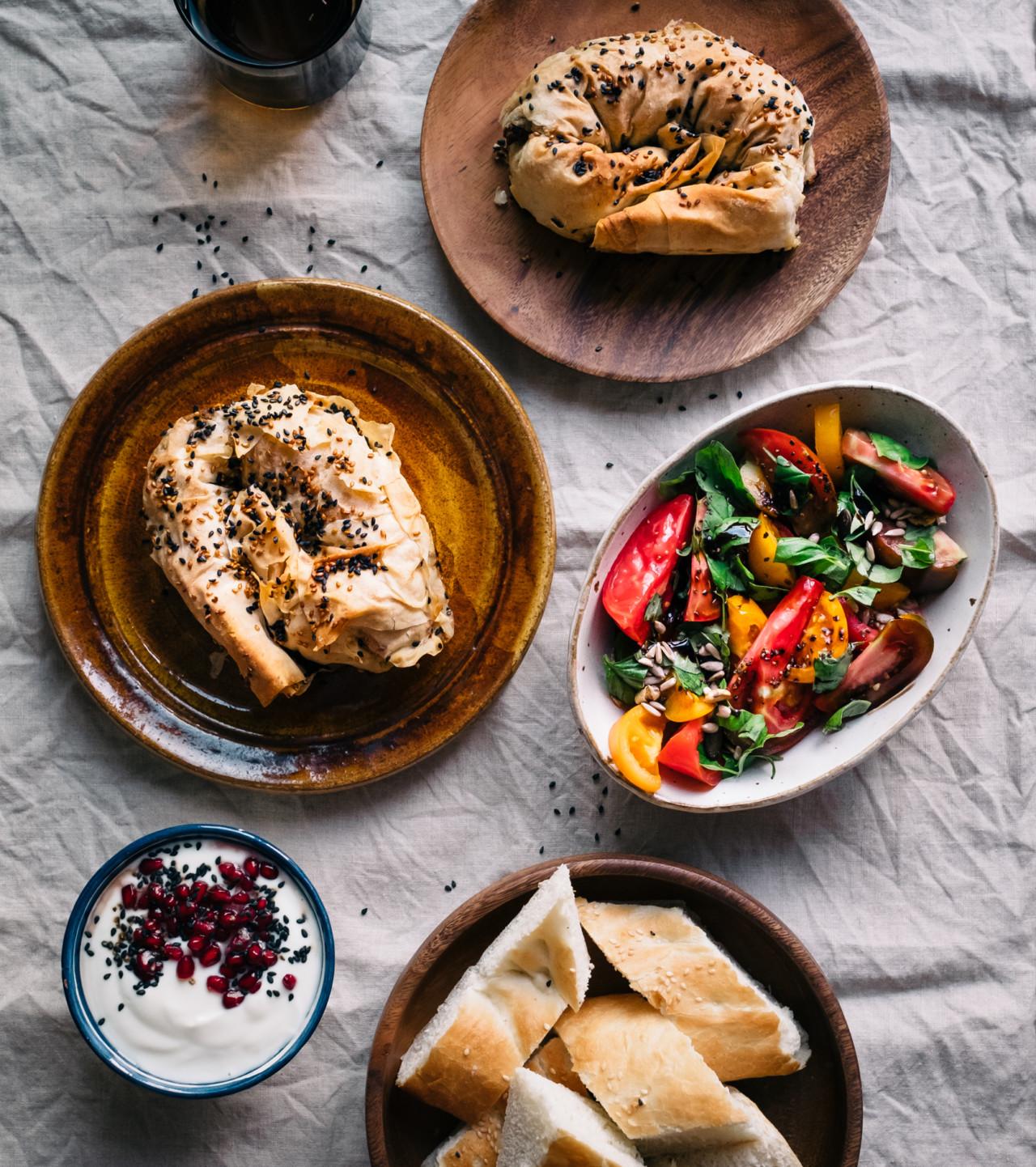 Es kann aufgetischt werden: Zweierlei Burek, als Vegi- und Fleischvariante.