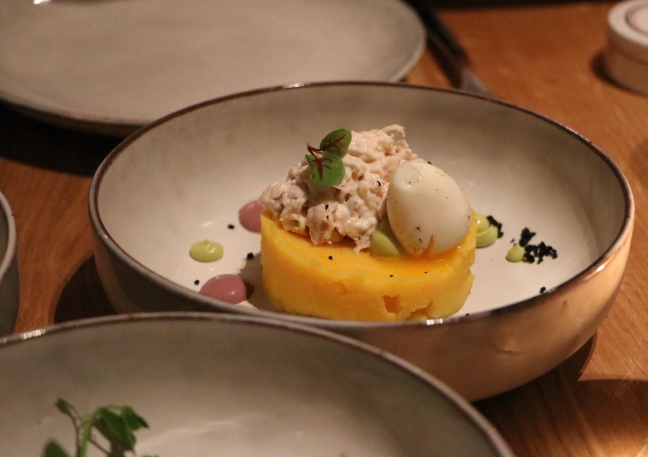 Wachtelei, Hühnchen und Kartoffelstampf, dazu Oliven- und Avocadomayo. Foto: Lunchgate/Simone