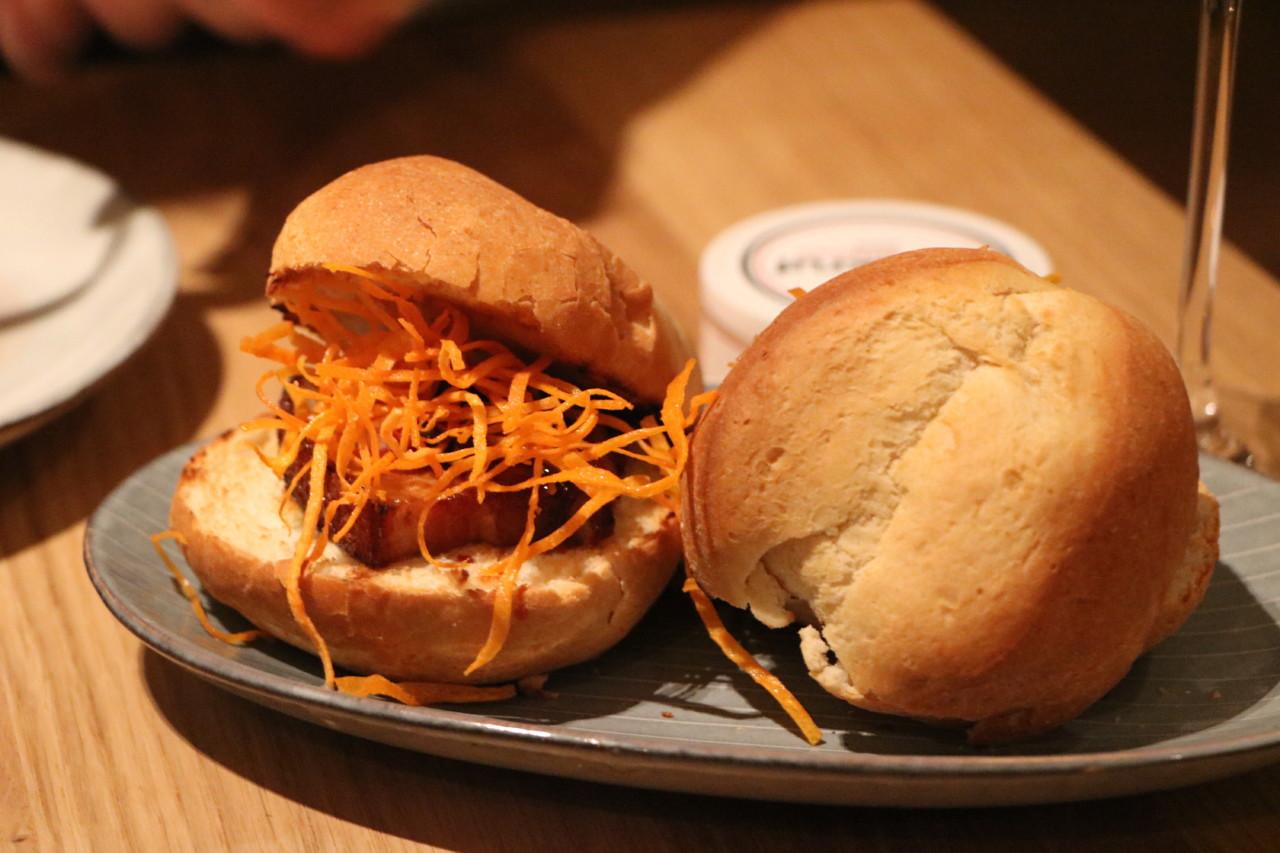 Der Schweinebauch mit Süsskartoffel wird im Brötchen serviert. Foto: Simone/Lunchgate