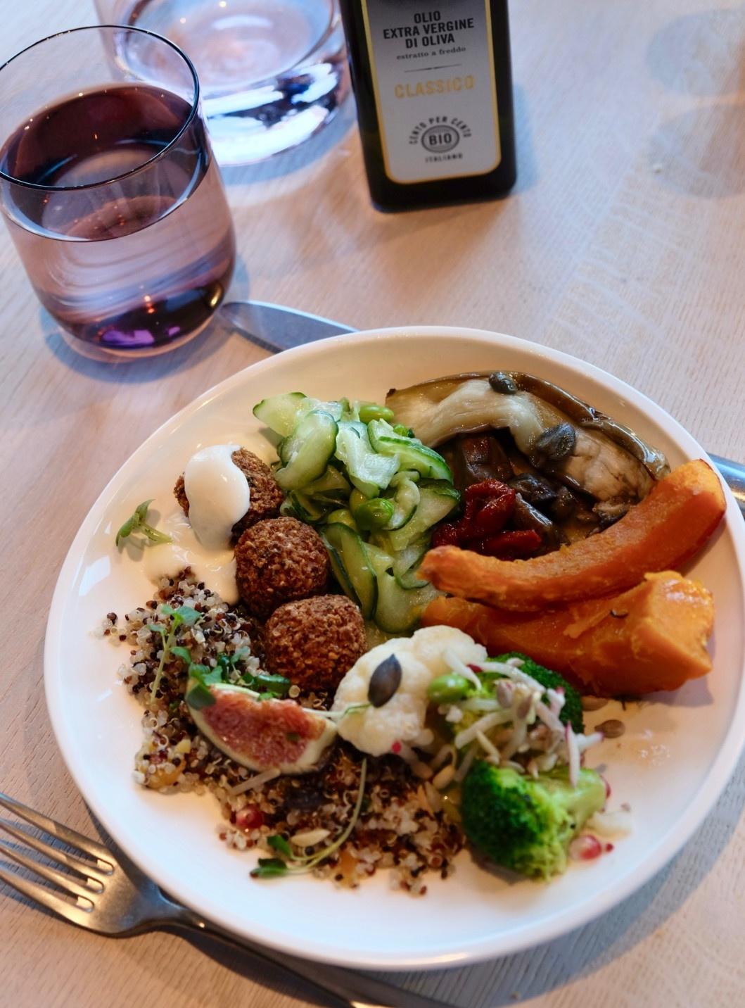 So könnte Dein Teller für 16 Franken vom Buffet im BUNT aussehen. Foto: Lunchgate/Anna
