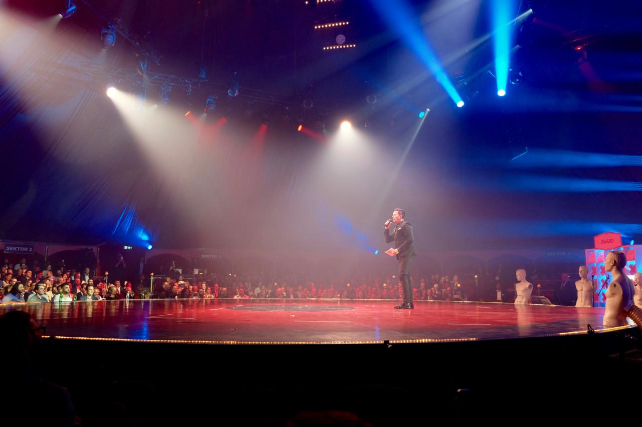 Sven Epiney moderierte die Award Night im Zirkuszelt und führte durch die spannende Preisverleihung. Foto: Lunchgate/Anna