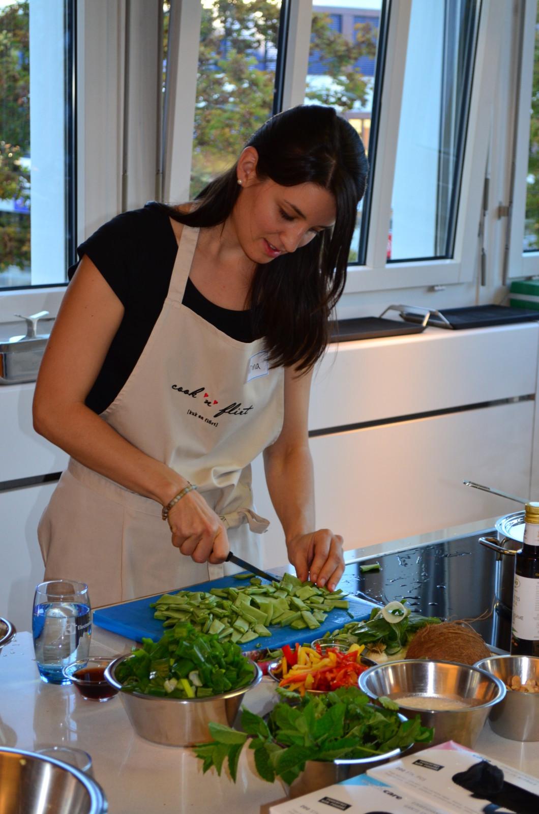 Irina, die Gründerin von Cook'n'Flirt, greift den Singles unter die Arme. Foto: Lunchgate/Corina