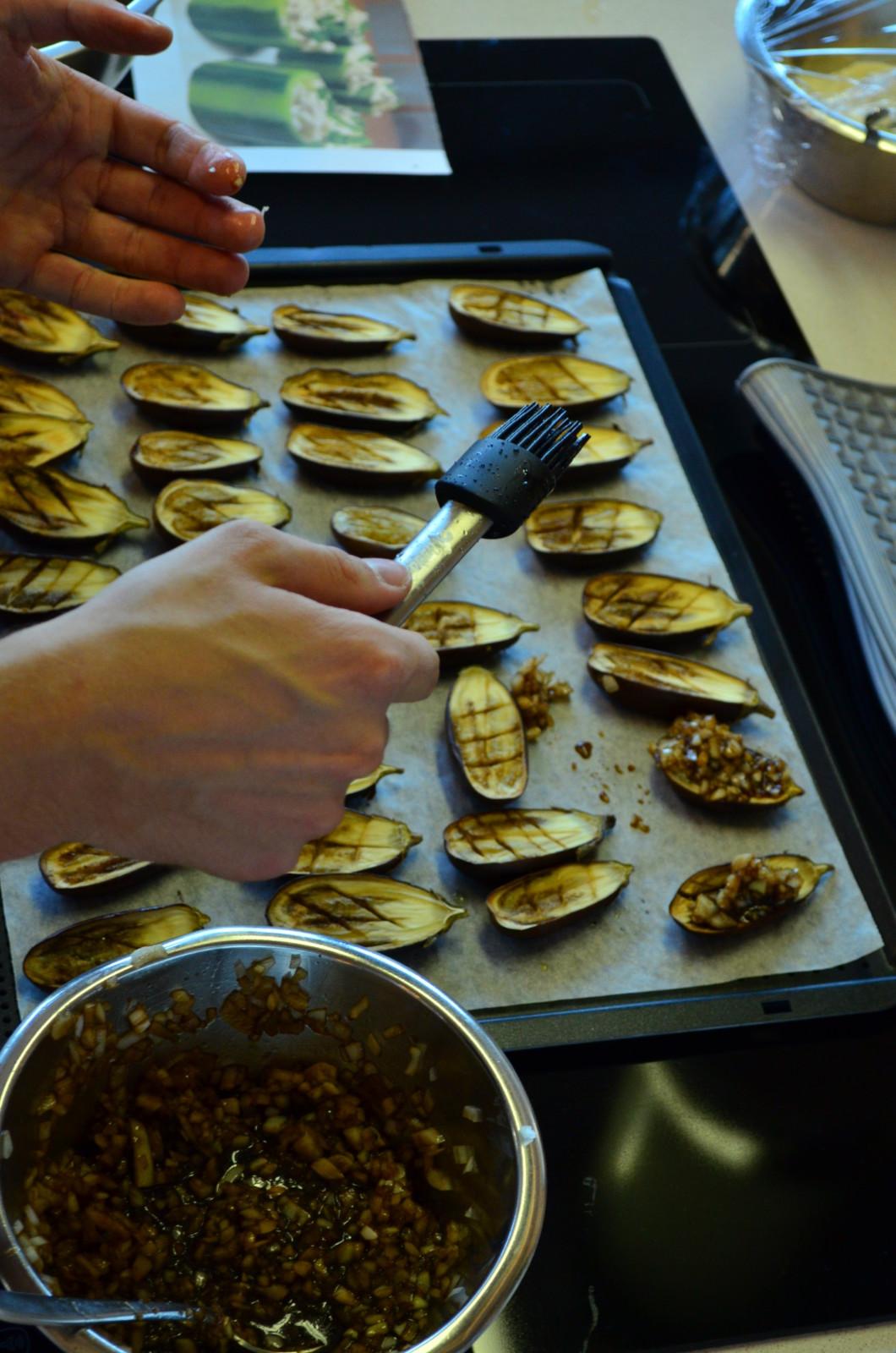 Die süssen Mini-Auberginen werden für die Vorspeise vorbereitet. Foto: Lunchgate/Corina