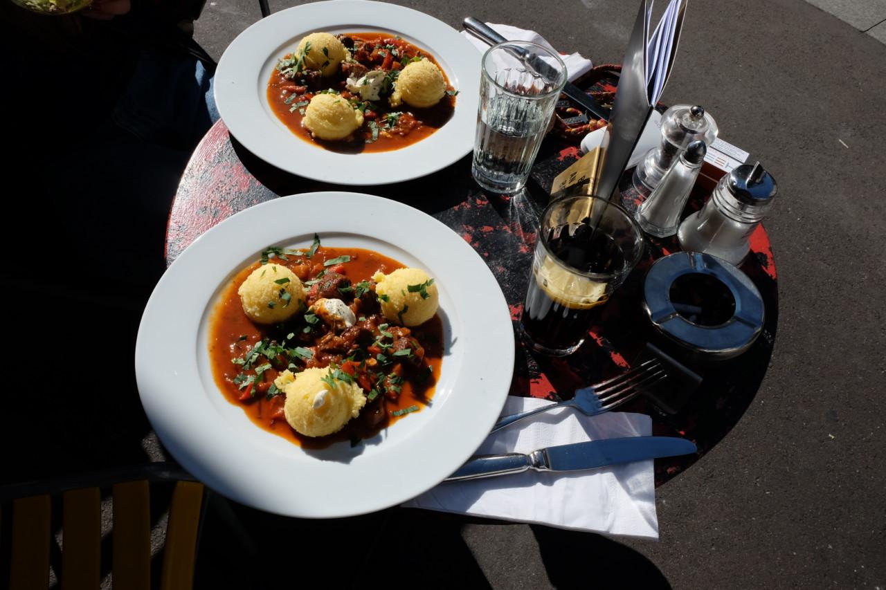 """Feines Rindsgulasch mit Polenta zum """"z'Mittag"""". Foto: Max/Lunchgate"""