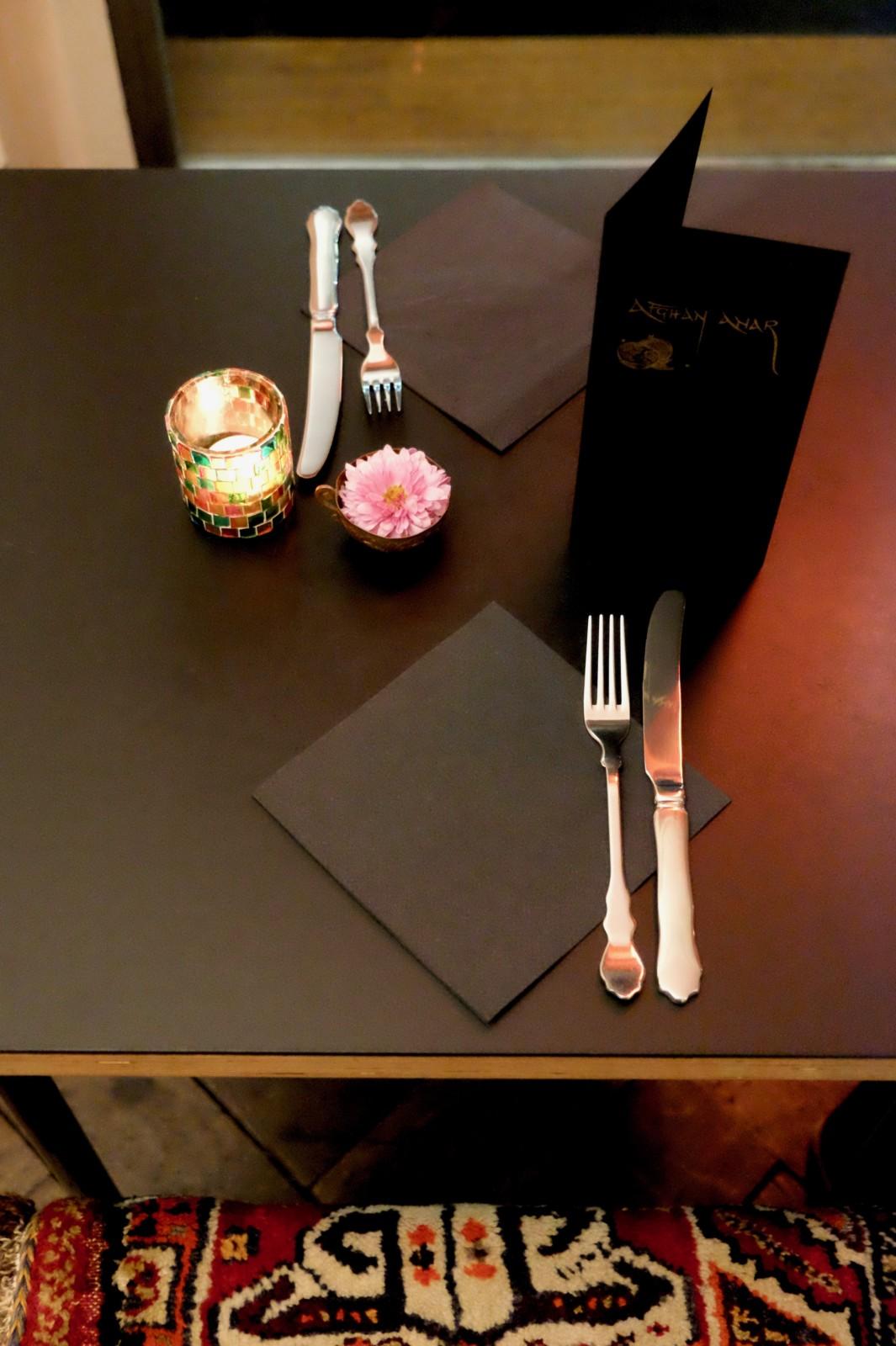 Zu Tisch im einfach aber stilecht eingerichteten Restaurant Afghan Anar an der Bäckerstrasse. Foto: Lunchgate/Anna