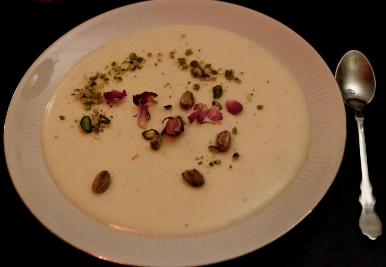 Panna Cotta geht auch auf Afghanisch – parfümiert mit Rosenwasser und Kardamom. Foto: Lunchgate/Anna